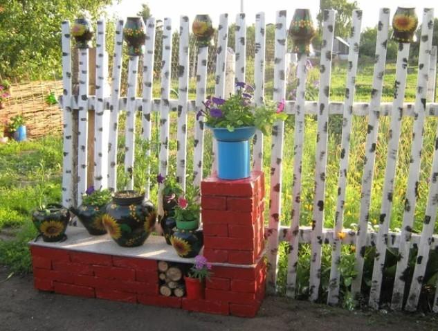 Забор для клумбы - виды и какой лучше выбрать?